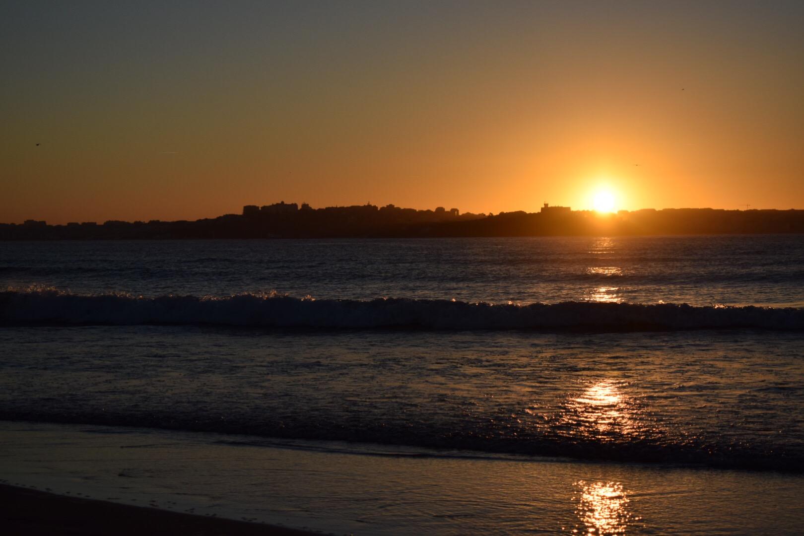 alleine reisen, nach vier Stunden surfen erschöpft den Sonnenuntergang genießen